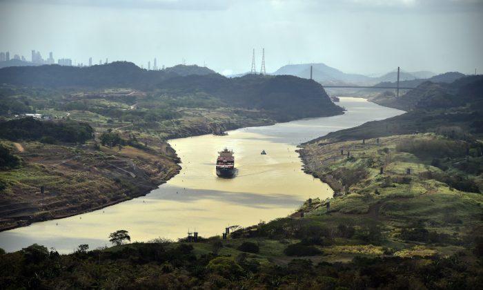 Un buque de carga navega por el Canal de Panamá, el 23 de marzo de 2015. (RODRIGO ARANGUA/AFP/Getty Images)