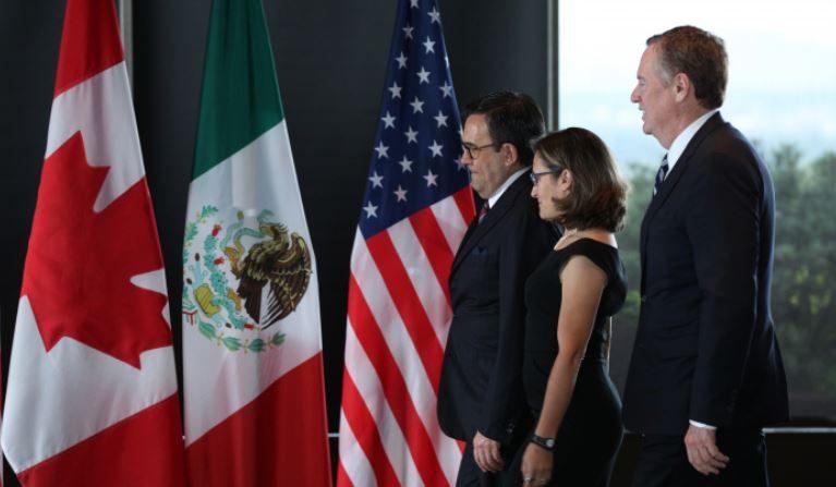 Desde izquierda a derecha: el Secretario de Economía de México, Ildefonso Guajardo Villarreal; la Ministra de Relaciones Exteriores de Canadá, Chrystia Freeland; y el Representante de Comercio de los Estados Unidos, Robert E. Lighthizer, se reúnen en un encuentro trilateral en el último día de la tercera ronda de renegociaciones del exTLCAN en Ottawa, Ontario, el 27 de septiembre de 2017. (LARS HAGBERG/AFP/Getty Images)