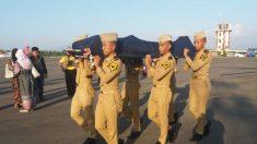 Despiden como héroe al controlador que murió ayudando a escapar un avión del terremoto en Indonesia