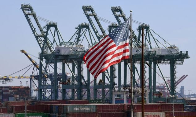 La bandera de Estados Unidos ondea sobre los contenedores de envío chinos en el Puerto de Long Beach en el Condado de Los Ángeles el 29 de septiembre de 2018. (Mark Ralston AFP /Getty Images)