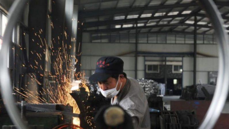 Un trabajador en una fábrica en Hangzhou, en la provincia de Zhejiang, este de China, el 4 de junio de 2018. (AFP/Getty Images)