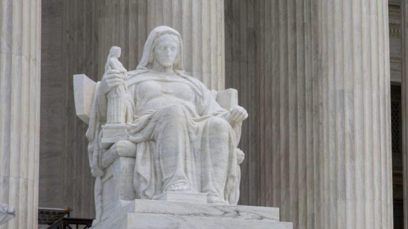 Detalle del edificio de la Corte Suprema de Estados Unidos, en Washington DC. (Samira Bouaou/La Gran Época)