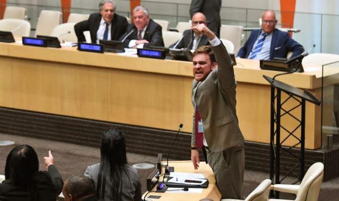 Miembros de la Misión Permanente de Cuba para la Organización de las Naciones Unidas protestan durante una reunión en la ONU, en Nueva York el 16 de octubre de 2018. (TIMOTHY A. CLARY / AFP / Getty Images)