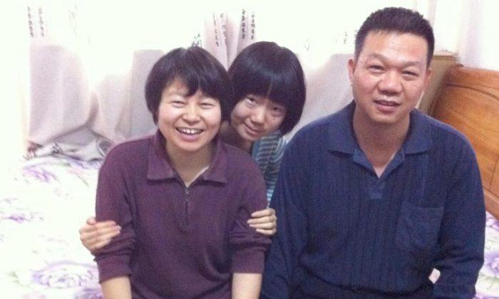 Fu Xinge (derecha) con su esposa (izquierda) e hija Eva (centro) en Shijiazhuang, China en 2013. (Foto provista por Eva Fu)