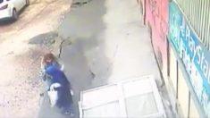 Captan cuando 2 mujeres son engullidas estrepitosamente al colapsar la acera