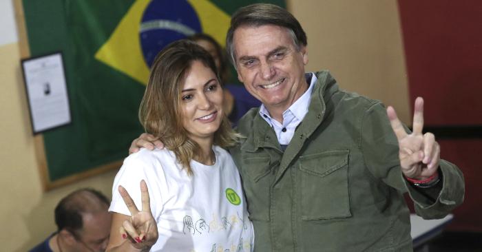 El candidato ultraderechista Jair Bolsonaro, acompañado de su esposa, Michelle, tras votar en un área militar en la zona norte de Río de Janeiro. (EFE)