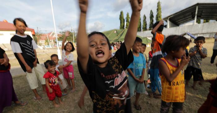 """Un grupo de niños y niñas desplazados juegan juntos como parte de una sesión de curación de traumas, una iniciativa de """"Save The Children"""" en la ciudad de Palu, en Sulawesi Central, Indonesia, el 7 de octubre de 2018. (Terremoto/sismo) EFE/EPA/HOTLI SIMANJUNTAK"""