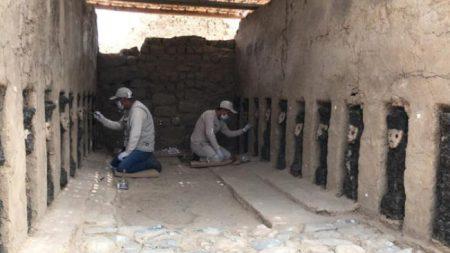 Sorprendente hallazgo en Perú: desentierran 20 ídolos de madera de 800 años de antigüedad