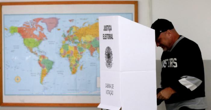 Un elector vota en un colegio electoral en la ciudad de Sao Paulo hoy, 28 de octubre de 2018, en la segunda vuelta de las presidenciales. EFE