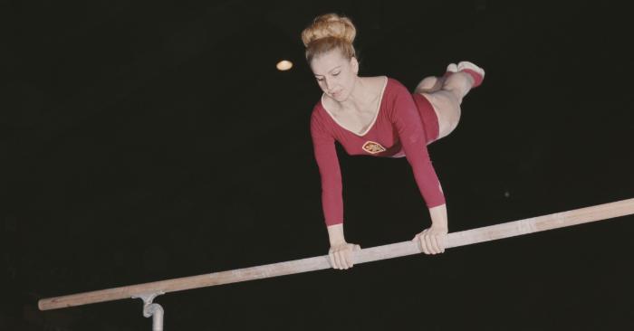 La gimnasta checa y 7 veces medallista de oro olímpica Vera Caslavska compite en las barras el 1 de junio de 1968, en Londres, Gran Bretaña. (Foto de Don Morley/Getty Images)