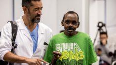 Médico español reconstruye la mano y el rostro de un hombre atacado brutalmente por una hiena