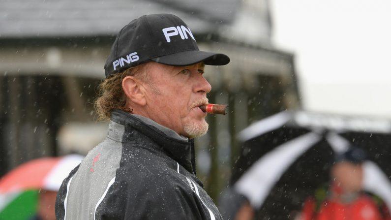 Disfruta de un cigarro antes de la Ronda Final en el Día Cuatro del Abierto Senior Presentado por Rolex en The Old Course de 2018 en St Andrews, Escocia. (Foto de Tony Marshall/Getty Images)