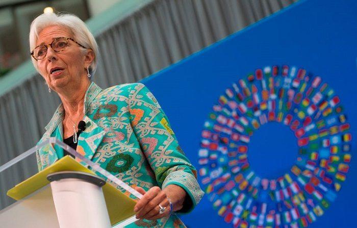 La directora gerente del Fondo Monetario Internacional (FMI), Christine Lagarde, habla durante el discurso de apertura de las próximas Reuniones Generales del FMI de 2018 en Washington, DC, el 1 de octubre de 2018. - Después de dar la voz de alarma en los últimos años sobre las amenazas a la economía mundial, la jefa del Fondo Monetario Internacional, Christine Lagarde, dijo que los riesgos habían comenzado a materializarse y que estaban ralentizando el crecimiento. (Foto de ANDREW CABALLERO-REYNOLDS/AFP) (El crédito de la foto debe leer ANDREW CABALLERO-REYNOLDS/AFP/Getty Images)