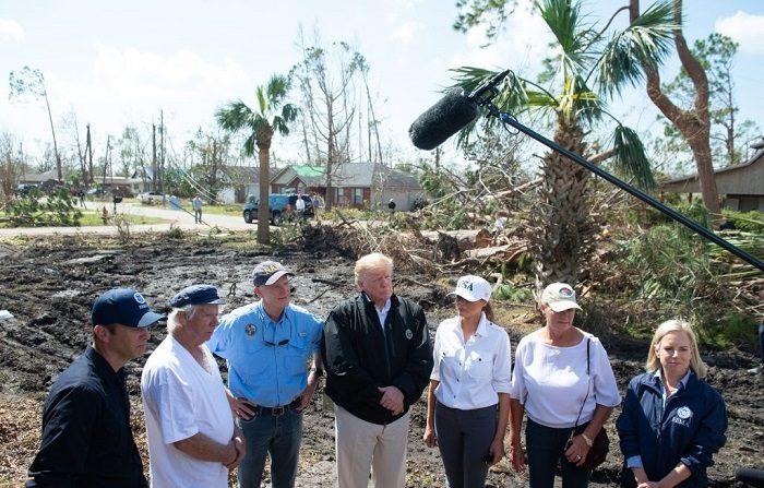 El presidente de los Estados Unidos, Donald Trump, y la primera dama Melania Trump, en zona de desastre causado por el huracán Michael en Lynn Haven, Florida, el 15 de octubre de 2018. (Foto de SAUL LOEB / AFP) (El crédito de la foto debe leer SAUL LOEB/AFP/Getty Images)