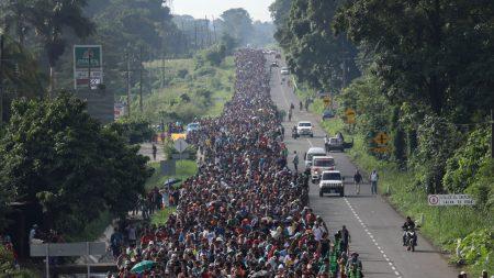 La caravana de migrantes alcanza los 5000 y reanuda en México su marcha a Estados Unidos