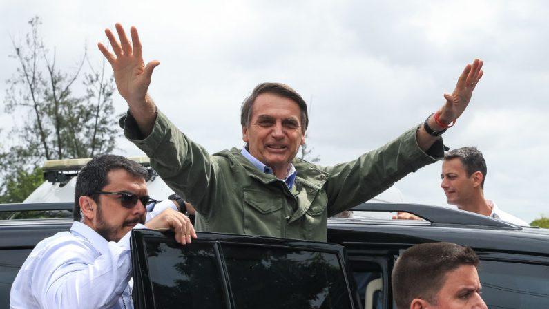Jair Bolsonaro, presidente electo de Brasil, saluda después de emitir su voto en las elecciones del 28 de octubre de 2018, en las que resultó vencedor. (Buda Mendes/Getty Images)
