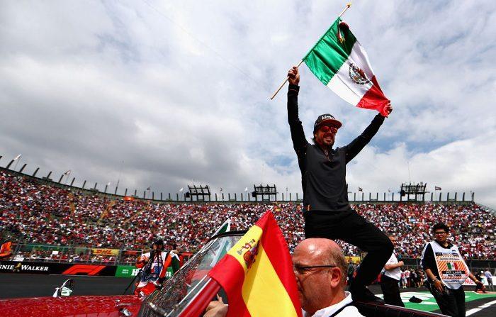 Fernando Alonso de España y McLaren F1 ondea una bandera de México en el desfile de pilotos antes del Gran Premio de Fórmula Uno de México en el Autodromo Hermanos Rodríguez el 28 de octubre de 2018 en la Ciudad de México, México. (Foto de Dan Istitene/Getty Images)