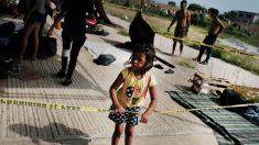 Rescatan a 7 niños de traficantes de personas en la caravana de migrantes
