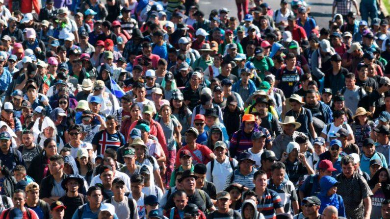 Migrante salvadoreños caminan hacia Estados Unidos el 31 de octubre de 2018. (MARVIN RECINOS/AFP/Getty Images)