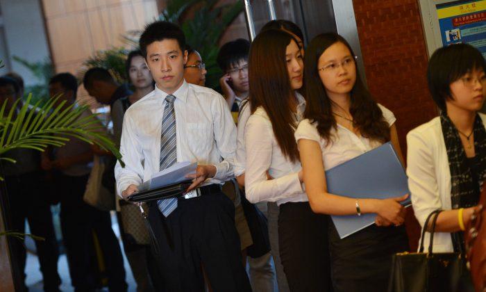 Graduados chinos de universidades británicas buscan empleo en la Feria LSE de Beijing, el 3 de septiembre de 2012. (MARK RALSTON/AFP/GettyImages)