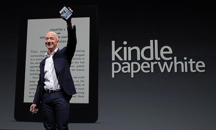 Jeff Bezos CEO de Amazon presenta el nuevo papel blanco de Kindle durante una conferencia de prensa el 06 de septiembre de 2012 en Santa Mónica, California. El nuevo Kindle Paperwhite eReader se venderá a un precio de $119 USD y se enviará el 1 de octubre. AFP PHOTO/JOE KLAMAR (El crédito de la foto debe leer JOE KLAMAR/AFP/GettyImages)