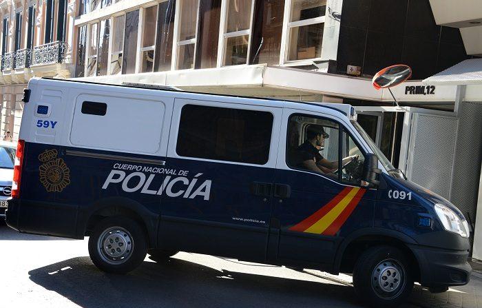 Una camioneta de la policía española que transporta seis hombres de entre 21 y 26 años han sido detenidas en Murcia por la colocación de varios artefactos explosivos. FOTOGRAFÍA AFP / FAGETO DOMINICO (El crédito de la foto debe indicar FAGETO DOMINICO/AFP/Getty Images)