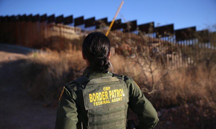 Nicole Ballistrea, agente de la Patrulla Fronteriza de los Estados Unidos, vigila la cerca fronteriza entre México y los Estados Unidos en Nogales, Arizona, el 9 de diciembre de 2014. (John Moore/Getty Images)