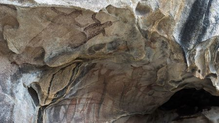 Anciano de 80 años muestra su cueva en Monterrey donde se instaló a vivir hace 18 años