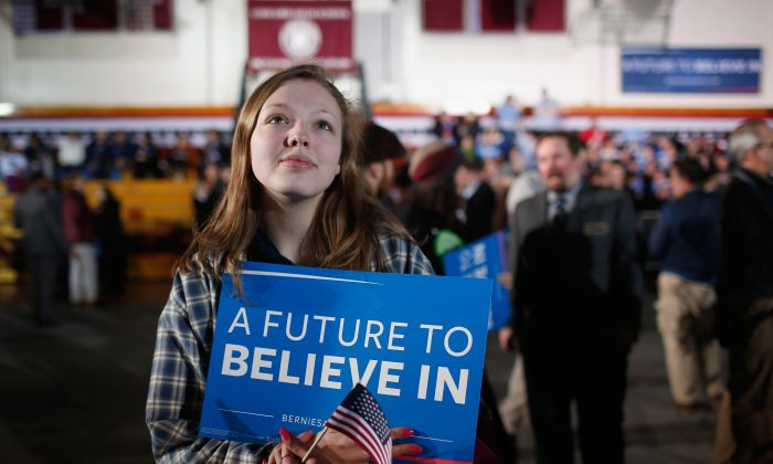 Una simpatizante de Bernie Sanders en la  vigilia de la Noche de las Primarias en New Hampshire, el 9 de febrero de 2016. A los mileniales les encanta su estilo de socialismo utópico. Olvidaron que la realidad del siglo XX era diferente. (Win McNamee/Getty Images)