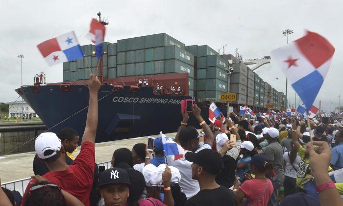 El buque mercante chino Cosco Shipping Panamá cruza las nuevas esclusas de Agua Clara durante la inauguración de la ampliación del Canal de Panamá en esta foto de archivo. (RODRIGO ARANGUA/AFP/Getty Images)