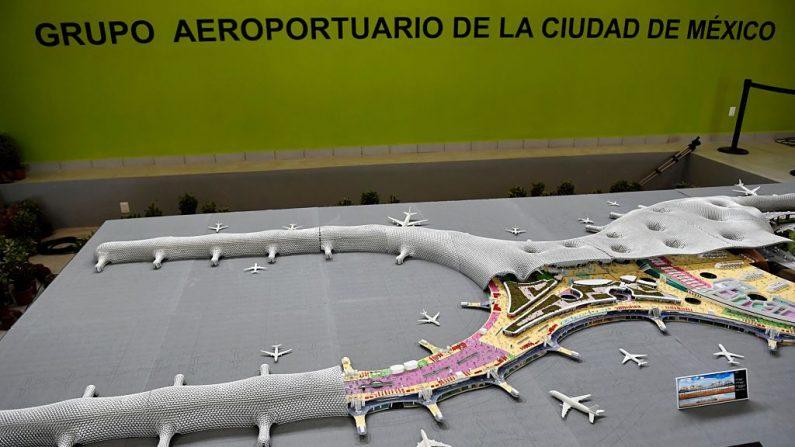 Vista de una maqueta del nuevo aeropuerto de la Ciudad de México, en Texcoco, Estado de México, el 25 de octubre de 2016. AFP/PEDRO PARDO (las fotos deben leer PEDRO PARDO/AFP/Getty Images)