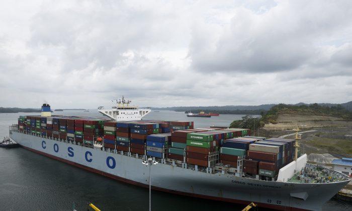 Un buque portacontenedores perteneciente a Cosco, la compañía estatal de transporte marítimo de China, cerca de la ciudad de Panamá, el 2 de mayo de 2017. (Rodgrio Arangua/AFP/Getty Images)