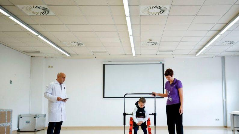 Jens, un niño de 5 años a quien se le diagnosticó atrofia muscular espinal (AME), camina con un nuevo exoesqueleto de Marsi Bionics diseñado para niños en el Hospital Sant Joan de Deu de Barcelona. Este es un testimonio de éxito de la ciencia nacional propiciado por la financiación de los programas marco de investigación de la Unión Europea (UE). FOTOGRAFÍA DE AFP / PAU BARRENA (En la foto se debe leer PAU BARRENA/AFP/Getty Images)