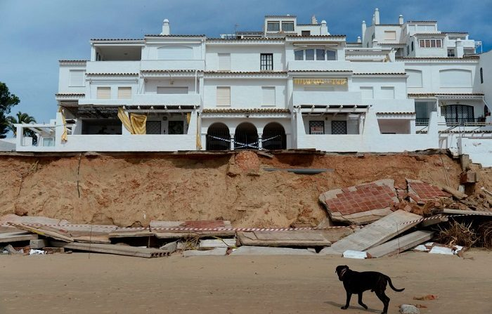 Zona de casas dañadas, cerca de Huelva, al sur de España, después de que la tormenta que trajo ráfagas de lluvia y viento. FOTOGRAFÍA AFP / Cristina Quicler (El crédito de la foto debe leer CRISTINA QUICLER/AFP/Getty Images)