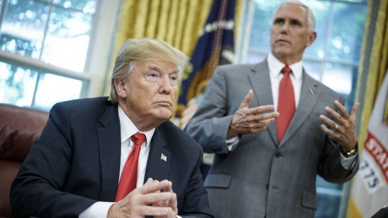 El vicepresidente Mike Pence junto al presidente Donald Trump en el Salón Oval de la Casa Blanca, el 20 de junio de 2018. (MANDEL NGAN/AFP/Getty Images)
