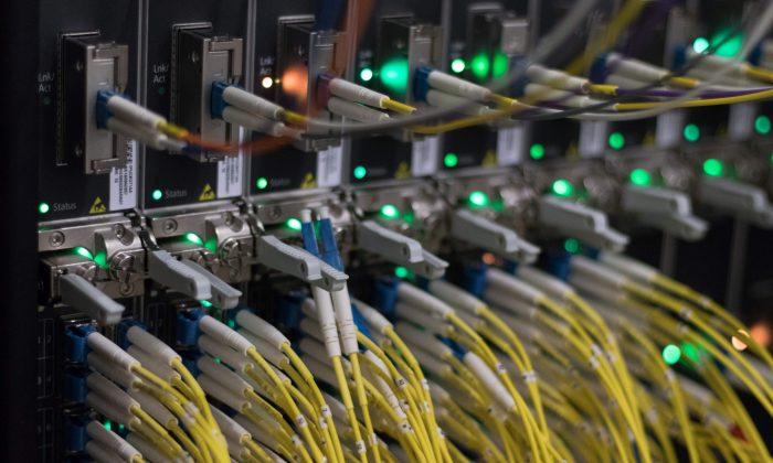 Cables en servidores de un centro de datos de Internet en Frankfurt am Main, Alemania occidental, el 25 de julio de 2018. (YANN SCHREIBER/AFP/Getty Images)