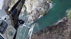 Dramático rescate en helicóptero de un hombre varado en la costa de Big Sur
