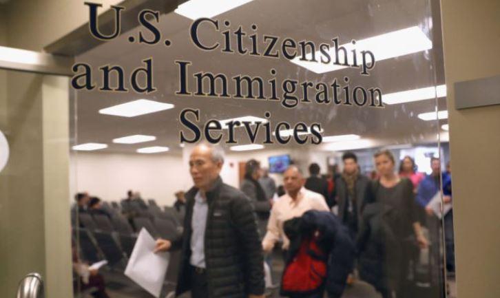 Inmigrantes se preparan para convertirse en ciudadanos estadounidenses en un servicio de naturalización el 22 de enero de 2018 en Newark, Nueva Jersey. (John Moore/Getty Images)