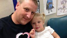 Ofende a un papá por llevar en brazos a su hija de 6 años. Al saber la verdad, solo le queda llorar