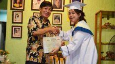 Una estudiante recrea su graduación para su querido abuelo que no pudo verla recibir su ansiado titulo