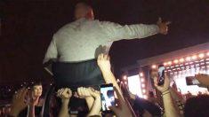Fans de Liam Gallagher levantaron a un hombre en silla de ruedas para que pudiera ver el escenario