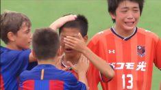 Aplausos para estos niños del Barcelona que dan un ejemplo deportivo consolando a sus rivales