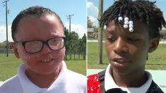 La vida escolar mejoró para un niño con problemas de piel cuando un chico popular se hizo amigo suyo