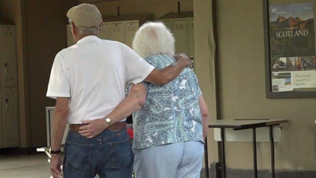 Llevan casados 50 años y mostraron lo optimistas que son tras 10 días en un centro de evacuación