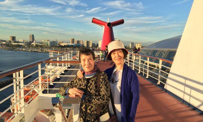 Jennifer Zeng y su madre en la cubierta de un crucero en Long Beach, California, en octubre de 2015. (Cortesía de Jennifer Zeng)