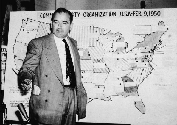 El político estadounidense Joseph McCarthy, senador republicano por Wisconsin, testifica contra el ejército de EE. UU. durante las audiencias Ejército-McCarthy, en Washington, DC, el 9 de junio de 1954. (Getty Images)