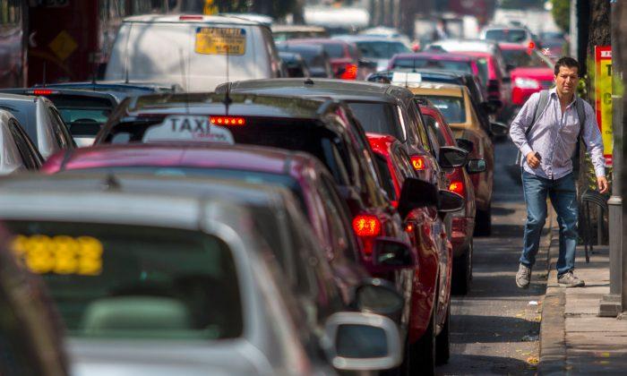 Vista del tráfico pesado en una avenida principal de la Ciudad de México en una foto de archivo. (Pedro Pardo/AFP/Getty Images)