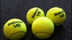 Con viejas pelotas de tenis silencian las sillas del aula y alivian la vida de niña con hipoacusia