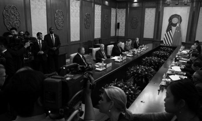 Funcionarios despiden a los periodistas de la sala durante una reunión entre el secretario de Estado de EE.UU., Mike Pompeo, y el Consejero de Estado de China, Yang Jiechi, en la Casa de Huéspedes Estatal Diaoyutai, en Beijing, el 8 de octubre de 2018. (ANDY WONG/AFP/Getty Images)