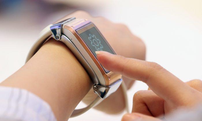 Un visitante prueba el nuevo reloj inteligente Galaxy Gear en el stand de Samsung en la feria de electrónica de consumo IFA 2013 en Berlín, Alemania, el 5 de septiembre de 2013. (Sean Gallup/Getty Images)
